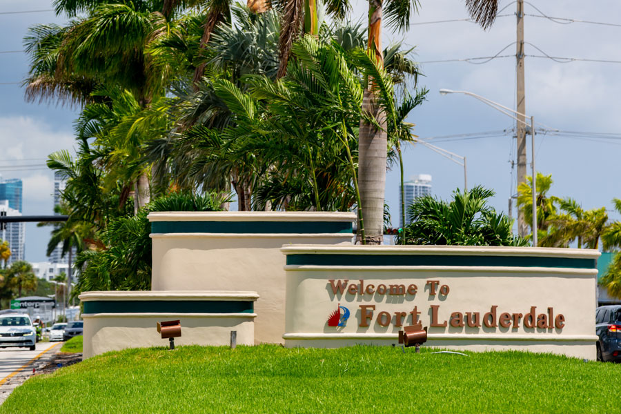 Welcome to Fort Lauderdale Sign on US1 entering from Hollywood. Fort Lauderdale, FL, August 16, 2020.