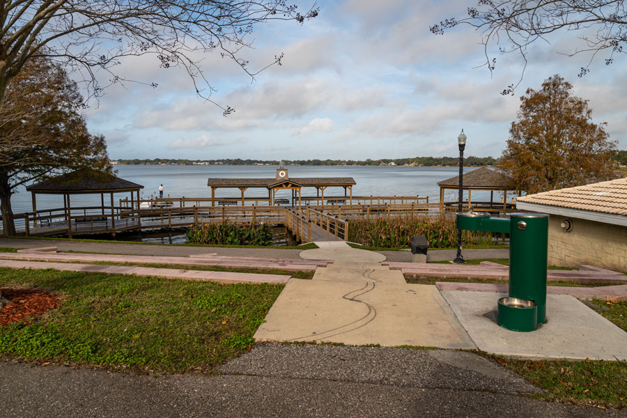 Photo of Lake Howard Park near downtown Winter Haven, FL. Photo credit: Noah Densmore / Shutterstock.com, licensed.