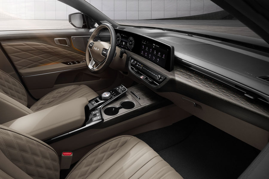 A contemporary panoramic curved display links a 12-inch digital cluster and a 12-inch infotainment system, bringing together the K8's advanced connectivity and infotainment technology for all inside the sports sedan.